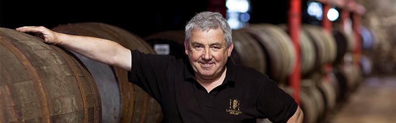 De Lagavulin whisky Warehouse Experience Tour staat onderleiding van Iain MacArthur.