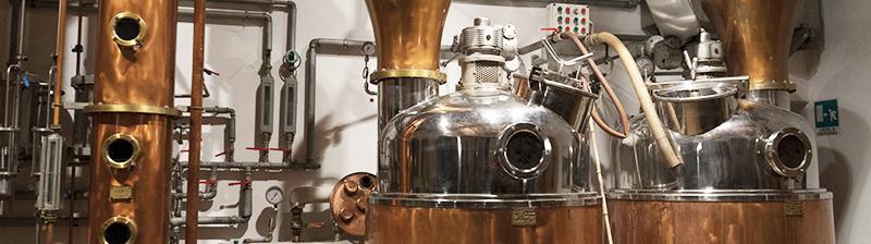 Rum wordt gedistilleerd via een kolomdistillatie of pot still ketel