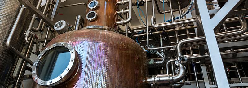 Wodka distilleert men vaak via een kolomdistillatie