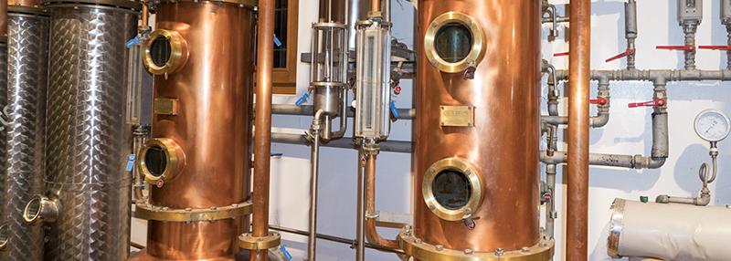 Jonge jenever maakt men via een distilleerkolom